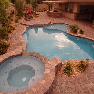 Exemple d'une piscine chic.