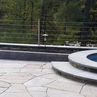 Ejemplo de piscinas y jacuzzis naturales, modernos, de tamaño medio, redondeados, en patio trasero, con adoquines de piedra natural