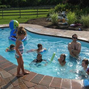 Imagen de piscina con fuente moderna, pequeña, tipo riñón, en patio trasero