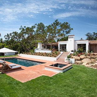 Foto de piscinas y jacuzzis alargados, mediterráneos, grandes, rectangulares, en patio trasero, con adoquines de ladrillo