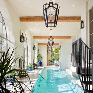 Immagine di una piscina coperta mediterranea personalizzata