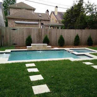 Foto de piscina natural, clásica, pequeña, a medida, en patio trasero, con adoquines de piedra natural