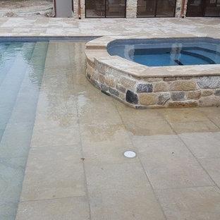マイアミの中サイズの長方形トランジショナルスタイルのおしゃれなプール (天然石敷き) の写真