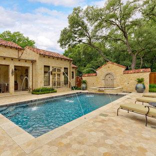 Imagen de piscinas y jacuzzis naturales, mediterráneos, de tamaño medio, rectangulares, en patio trasero, con adoquines de piedra natural