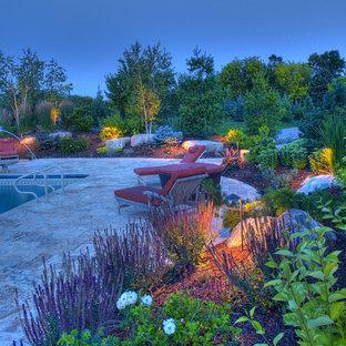 Foto de piscina con fuente nórdica, rectangular, en patio trasero, con suelo de baldosas