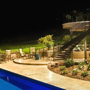 Modelo de piscinas y jacuzzis románticos, rectangulares, en patio trasero, con adoquines de piedra natural