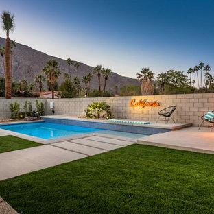 Imagen de piscina vintage, de tamaño medio, rectangular, en patio trasero, con entablado