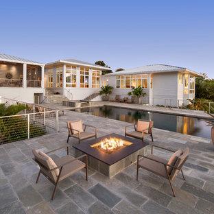 Diseño de piscinas y jacuzzis elevados, exóticos, grandes, rectangulares, en patio trasero, con adoquines de piedra natural