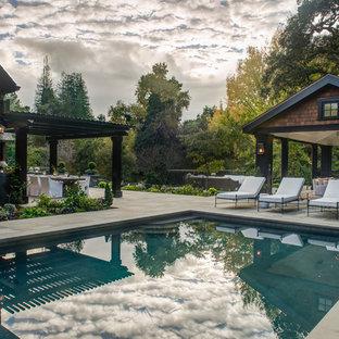 Diseño de casa de la piscina y piscina natural, clásica renovada, extra grande, rectangular, en patio lateral, con adoquines de piedra natural