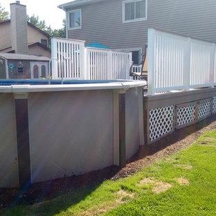 Diseño de piscina elevada, clásica, pequeña, redondeada, en patio trasero, con gravilla