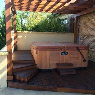 Imagen de piscinas y jacuzzis elevados, de estilo americano, de tamaño medio, en patio trasero, con entablado
