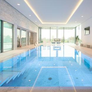 Großer, Gefliester Moderner Indoor-Pool in rechteckiger Form mit Wasserspiel in Düsseldorf