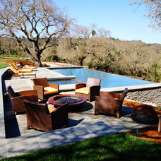 Traditional Pool by Cairn Construction Inc.