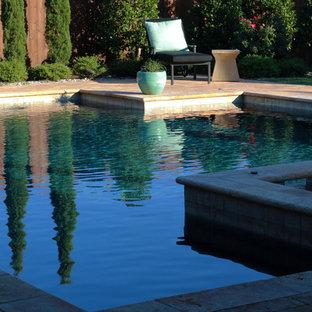 Foto de piscinas y jacuzzis naturales, románticos, de tamaño medio, rectangulares, en patio trasero, con adoquines de ladrillo
