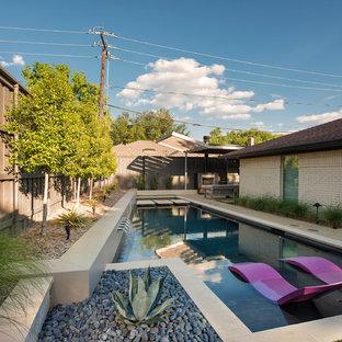 Modelo de piscina vintage, de tamaño medio, a medida, en patio trasero, con losas de hormigón