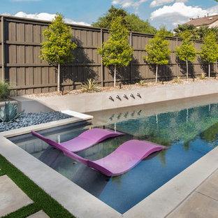 Ejemplo de piscina vintage, de tamaño medio, a medida, en patio trasero, con losas de hormigón