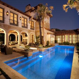 Exemple d'une piscine méditerranéenne rectangle.