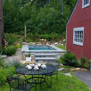 Diseño de piscinas y jacuzzis naturales, tradicionales, pequeños, rectangulares, en patio, con adoquines de piedra natural