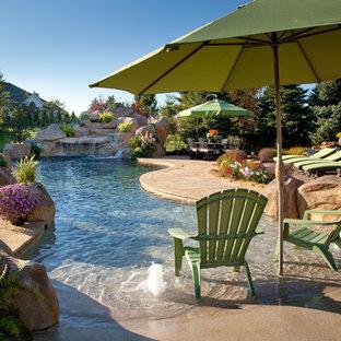 Idées déco pour une piscine naturelle exotique.