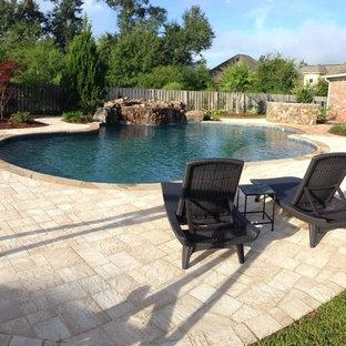Foto de piscina natural, rural, de tamaño medio, a medida, en patio trasero, con adoquines de ladrillo