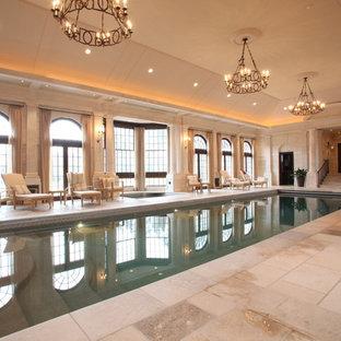 Esempio di una piscina coperta tradizionale