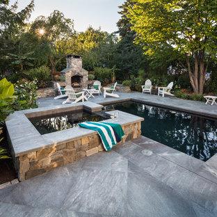 Ejemplo de piscinas y jacuzzis alargados, clásicos, de tamaño medio, rectangulares, en patio lateral, con adoquines de piedra natural