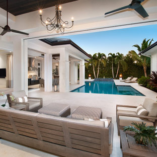 Modelo de piscina infinita, marinera, grande, en forma de L, en patio trasero, con privacidad