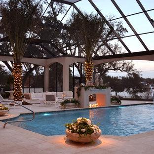 ニューオリンズの地中海スタイルのおしゃれな屋内プールの写真