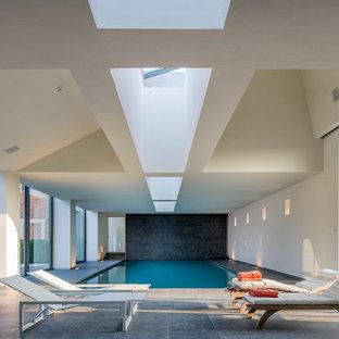 Inspiration pour une piscine intérieure design rectangle et de taille moyenne avec du carrelage.