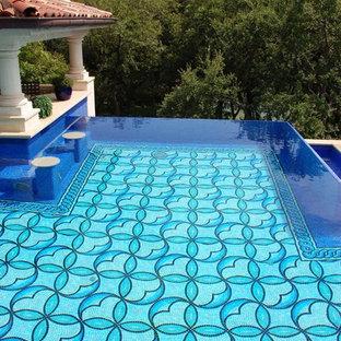 オースティンの大きいオーダーメイド地中海スタイルのおしゃれなプール (天然石敷き) の写真