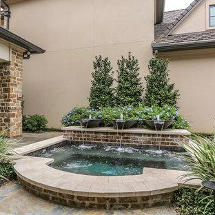 Idee per una piccola piscina design rettangolare in cortile con una vasca idromassaggio e pedane