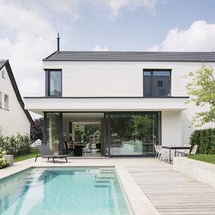 Diseño de piscina escandinava, rectangular, con adoquines de piedra natural