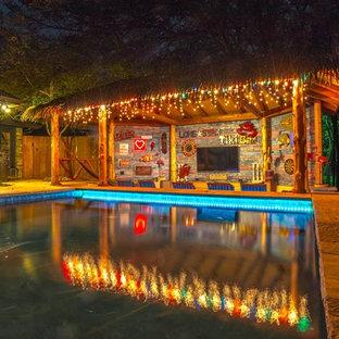 Foto de piscinas y jacuzzis alargados, exóticos, grandes, a medida, en patio trasero