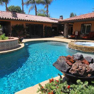 Foto de piscinas y jacuzzis mediterráneos, de tamaño medio, tipo riñón, en patio trasero, con adoquines de piedra natural