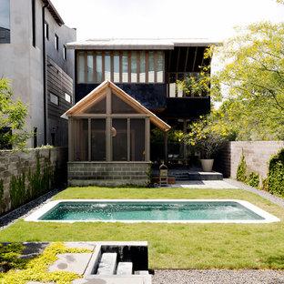 Imagen de piscina alargada, actual, pequeña, rectangular, en patio trasero, con losas de hormigón