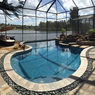 Ejemplo de piscinas y jacuzzis tradicionales renovados, de tamaño medio, interiores y a medida, con adoquines de piedra natural