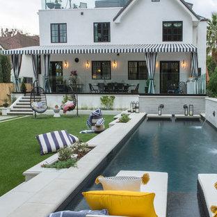 Пример оригинального дизайна интерьера: спортивный, прямоугольный бассейн на заднем дворе в стиле фьюжн с фонтаном