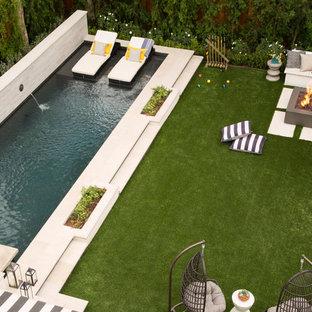 Modelo de piscina alargada, clásica renovada, grande, rectangular, en patio trasero, con adoquines de hormigón