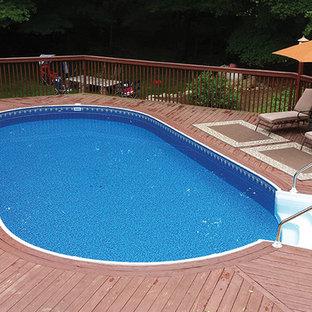 Imagen de piscina elevada, clásica renovada, de tamaño medio, a medida, en patio trasero, con entablado