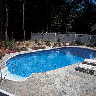 Ejemplo de piscina elevada, clásica renovada, de tamaño medio, a medida, en patio trasero, con adoquines de piedra natural