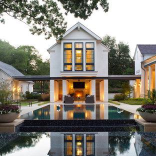 Diseño de piscina con fuente infinita, clásica renovada, grande, rectangular, en patio trasero, con adoquines de piedra natural