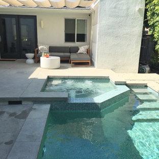 Diseño de piscina ecléctica, pequeña, rectangular, en patio trasero, con losas de hormigón