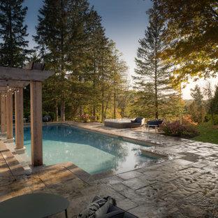 Diseño de piscinas y jacuzzis campestres, grandes, rectangulares, en patio trasero, con adoquines de piedra natural