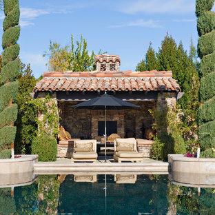 オレンジカウンティの地中海スタイルのおしゃれなプールハウスの写真