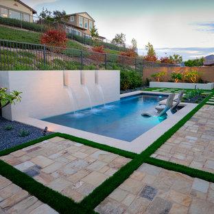 Ejemplo de piscinas y jacuzzis contemporáneos, pequeños, rectangulares, en patio trasero, con adoquines de piedra natural
