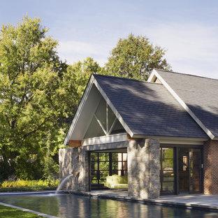 Diseño de casa de la piscina y piscina alargada, actual, pequeña, rectangular, en patio trasero, con losas de hormigón