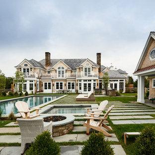 Ejemplo de piscinas y jacuzzis clásicos renovados, grandes, rectangulares, en patio trasero, con adoquines de hormigón