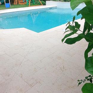 Diseño de piscinas y jacuzzis alargados, clásicos renovados, de tamaño medio, a medida, en patio trasero, con suelo de baldosas