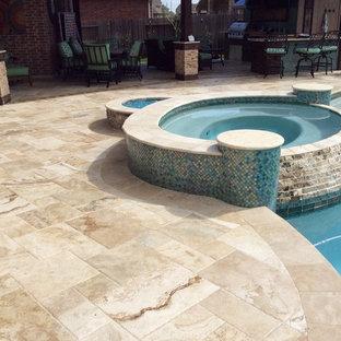 Foto de piscinas y jacuzzis alargados, tradicionales renovados, de tamaño medio, a medida, en patio trasero, con suelo de baldosas