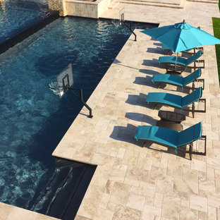 Imagen de piscinas y jacuzzis alargados, tradicionales renovados, de tamaño medio, a medida, en patio trasero, con suelo de baldosas